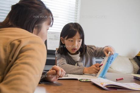 母親に勉強を教えてもらう子供の素材 [FYI00944898]