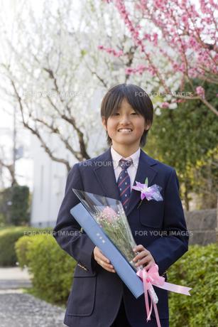 卒業証書と花を手に持つ男の子の素材 [FYI00944914]