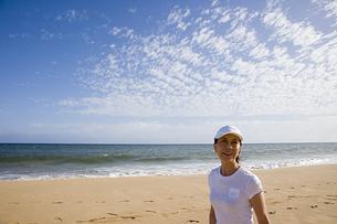 海岸を歩くシニア女性の素材 [FYI00944938]