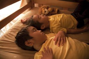 すやすやと眠る二人の男の子の寝顔の素材 [FYI00944957]