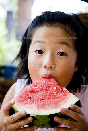 スイカを食べる女の子の素材 [FYI00945018]
