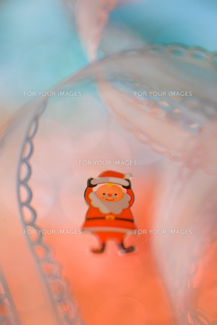 サンタと白いリボン クリスマスイメージの素材 [FYI00945056]