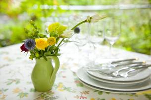 テラスでのテーブルセッティングと花アレンジの素材 [FYI00945075]