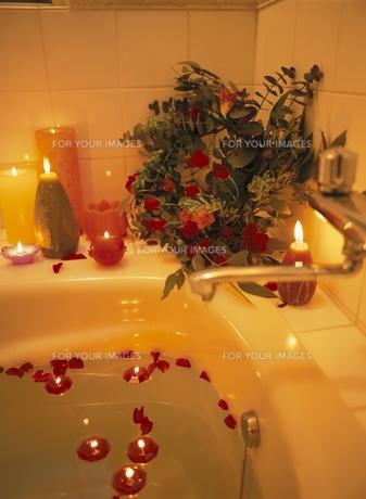 バスルームの花びらとリースと6個のキャンドルの素材 [FYI00945085]