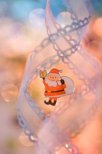 サンタと白いリボン クリスマスイメージの素材 [FYI00945119]