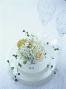 白いバラのテーブルアレンジの素材 [FYI00945164]