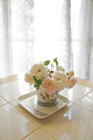 白いカーテンの前に花アレンジの素材 [FYI00945175]