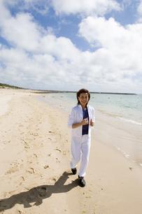 浜辺を歩くシニア女性の素材 [FYI00945183]