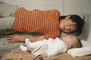 赤ちゃんをみて微笑む女の子の素材 [FYI00945195]