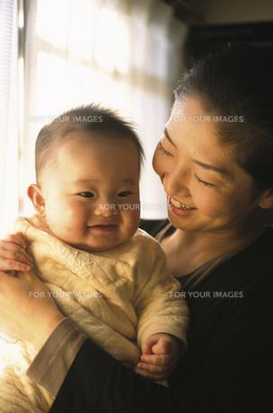 赤ん坊を抱く母親の素材 [FYI00945222]