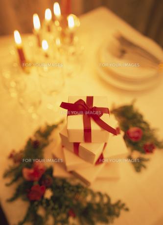 テーブルの上のプレゼントの素材 [FYI00945253]