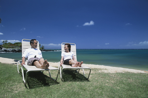 海辺の椅子でくつろぐシニア夫婦の素材 [FYI00945285]