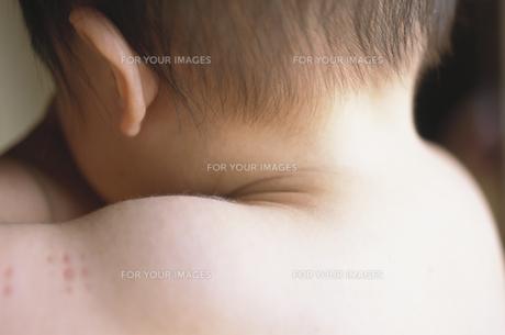 赤ちゃんの首元の素材 [FYI00945320]