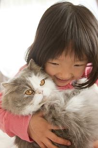 猫を抱く少女の素材 [FYI00945443]