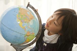 地球儀を見る少女の素材 [FYI00945455]