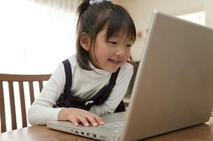 パソコンを見る少女の素材 [FYI00945467]