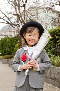 卒園を終えて花束を持ち喜ぶ女の子の素材 [FYI00945494]