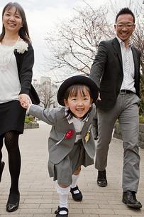 卒園を終えて喜ぶ親子の素材 [FYI00945536]