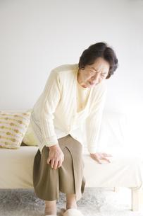 膝を押さえるシニア女性の素材 [FYI00949377]