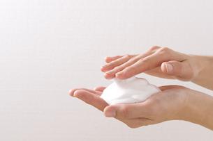 石鹸の泡と女性の手の素材 [FYI00949442]