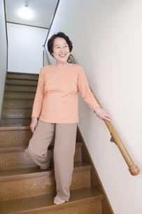 階段を降りるシニア女性の素材 [FYI00950159]