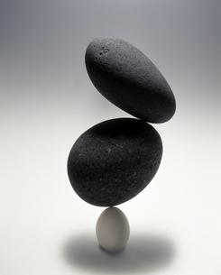 卵と石のイメージの素材 [FYI00950355]