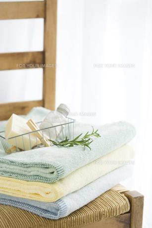 椅子の上のタオルと石鹸の素材 [FYI00950565]