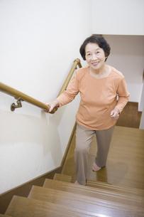 階段を上るシニア女性の素材 [FYI00950692]