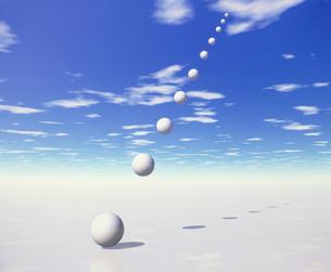 ナナメの球体と雲の素材 [FYI00954442]