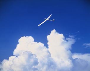 入道雲の上のグライダーの素材 [FYI00954514]