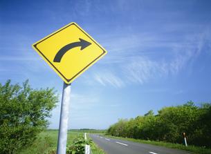 右屈曲ありの標識と道の素材 [FYI00954614]
