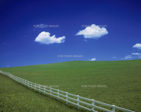 白い柵と丘と雲の素材 [FYI00954661]