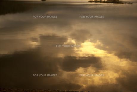 秋元湖の水面に映る雲の素材 [FYI00956610]