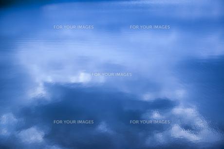 秋元湖の水面に映る雲の素材 [FYI00956624]