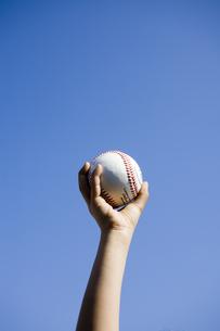 野球のボールを握る子供の手の素材 [FYI00957436]
