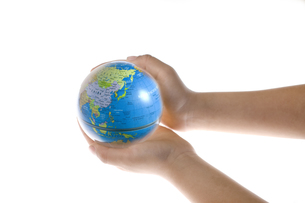 地球儀を持つ子供の手の素材 [FYI00957497]