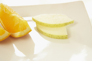 皿の上のオレンジと林檎のスライスの素材 [FYI00958735]