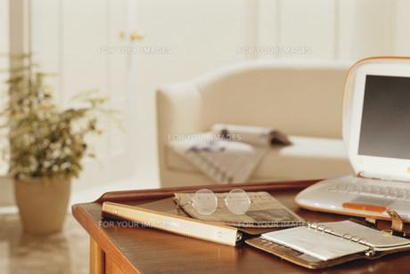テーブルの上の手帳の素材 [FYI00959602]