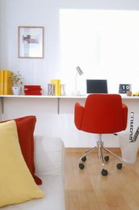赤い椅子のある部屋の素材 [FYI00959832]