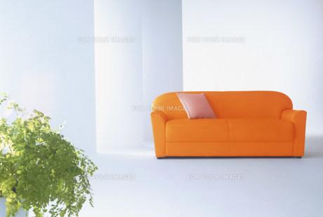オレンジのソファーのある空間の素材 [FYI00959887]