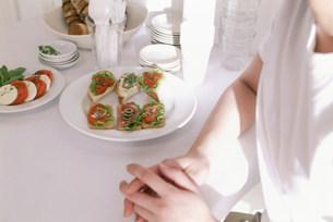 料理をのせた食卓の素材 [FYI00960037]