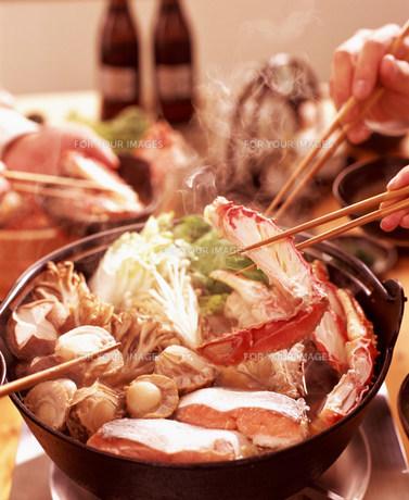 鍋料理と人物の手元の素材 [FYI00960042]