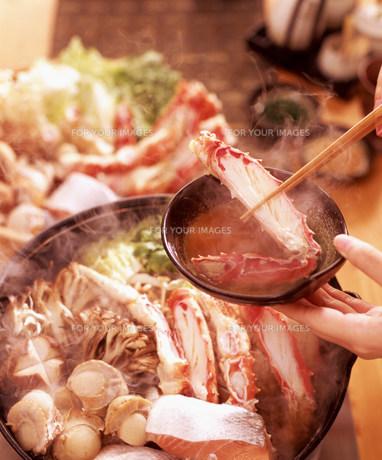 鍋料理と人物の手元の素材 [FYI00960077]