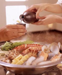 鍋料理と晩酌する手元の素材 [FYI00960079]