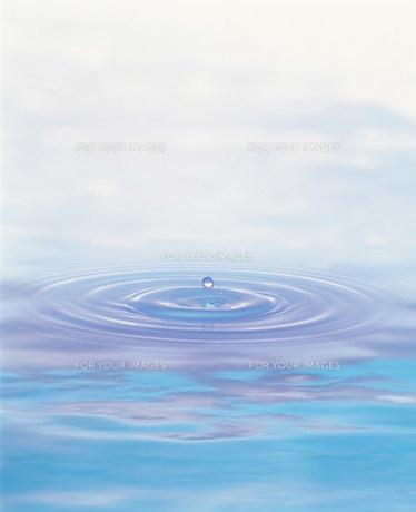 水滴と波紋の素材 [FYI00960526]