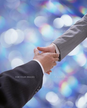 握手をするサラリーマンの素材 [FYI00960867]