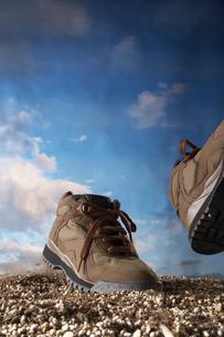 土の上を歩く靴の素材 [FYI00960924]