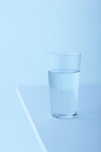 テーブルの上の水の入ったグラスの素材 [FYI00960931]