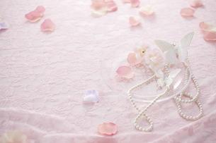 ピンクのレースの上にマニキュアとパールのネックレスと花びらの素材 [FYI00961190]