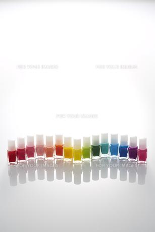 並べた15色のマニキュアのビンの素材 [FYI00961210]